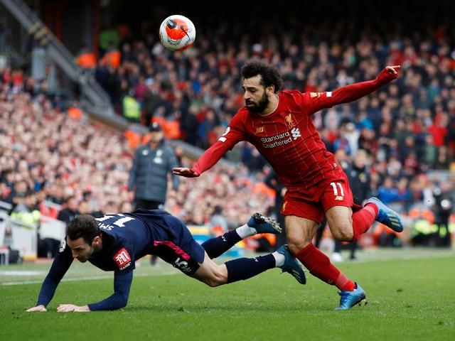 Mohamed Salah im Zweikampf mit Adam Smith.