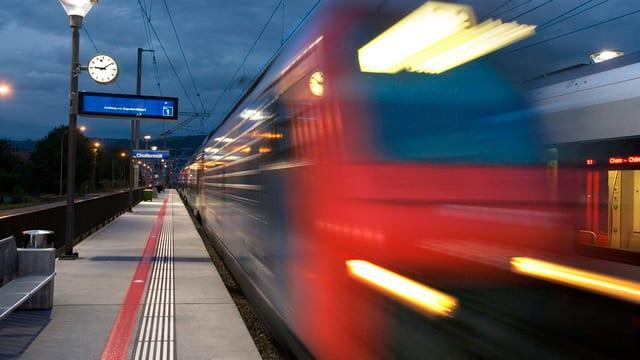 S-Bahn an einem Bahnhof im Kanton Zug.