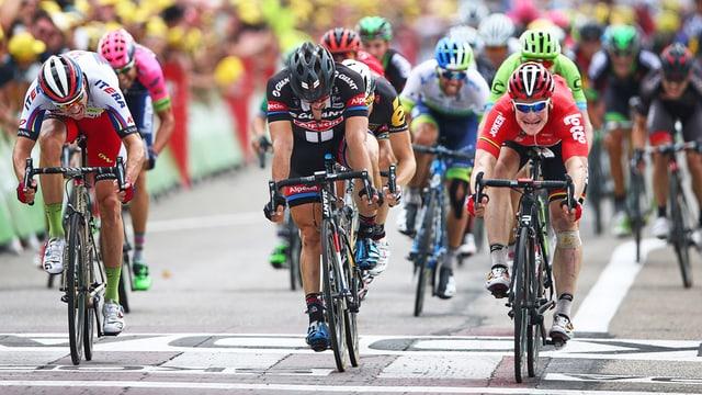 gruppa da ciclists traversescha la lingia finala