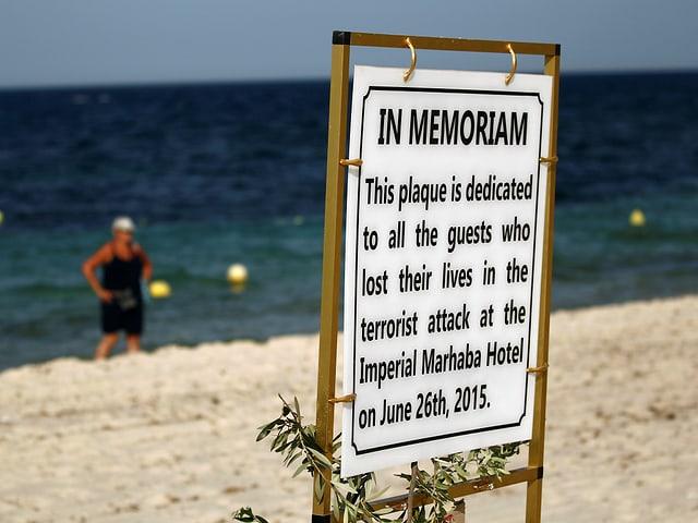 Schild am Strand von Sousse, das an die Terroropfer erinnert.