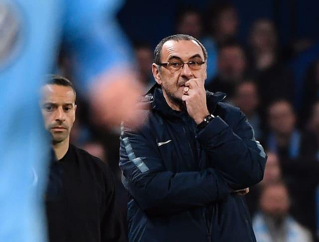 Chelsea Trainer Maurizio Sarri mit Hand am Mund und nachdenklichem Blick