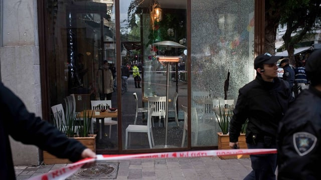 bar devastada suenter il sajettim, dus policists segireschan il lieu