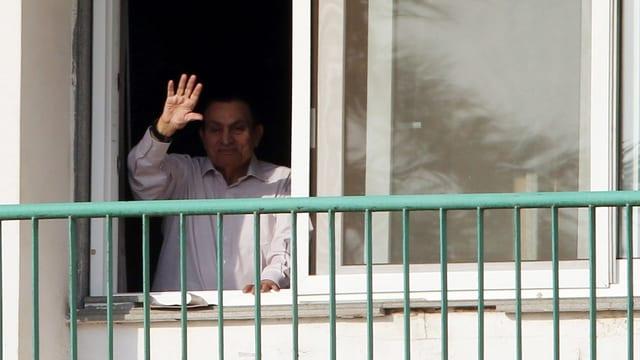 Mubarak winkt aus einem Fenster.