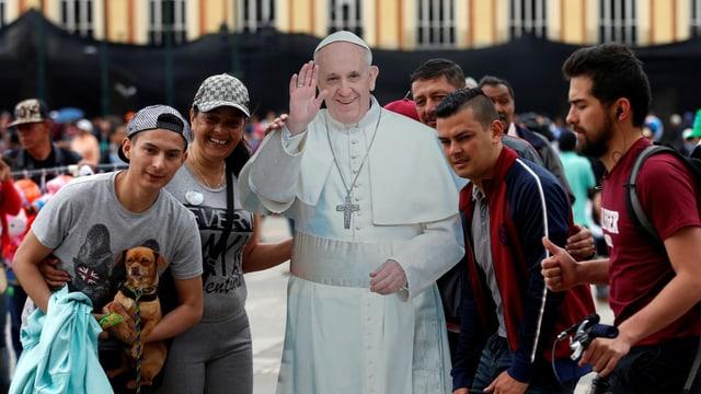 Junge Kolumbianer gruppieren sich um ein mannshohes Abbild aus Karton des Papstes.