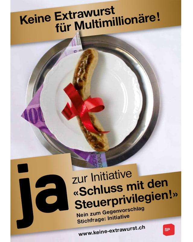Eine Bratwurst mit einer roten Schleife liegt auf einem Teller, darunter eine Fr. 1000.- Note.