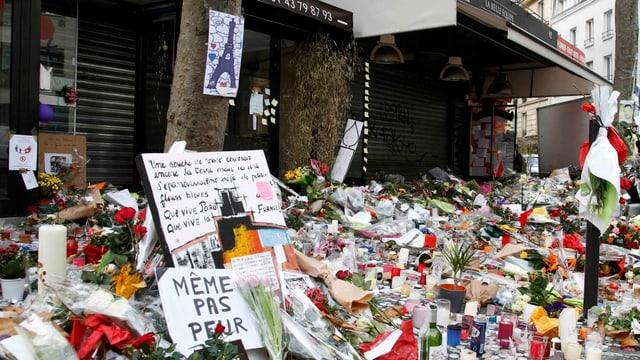 Blumen, Karten und Kerzen in Paris
