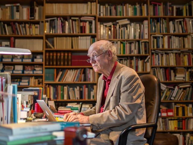 Der Schweizer Schrifsteller Franz Hohler sitzt in seinem Arbeitszimmer am Schreibtisch.