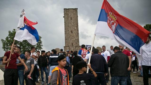 Persunas cun bandieras serbas.