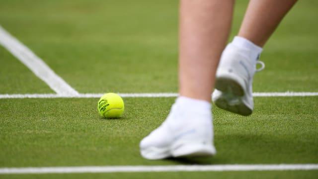 Sicht auf einen Tennisball auf dem Rasen während des Spiels