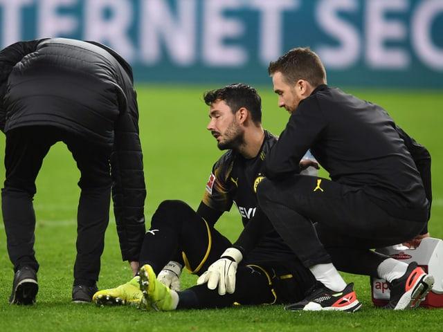 Roman Bürki verletzt am Boden
