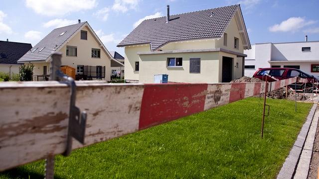 Neu gebaute Einfamilienhäuser mit Bau-Abschrankung