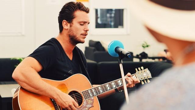 Suenter l'intervista ha Bastian Baker anc chantà sia nova single «Everything we do».