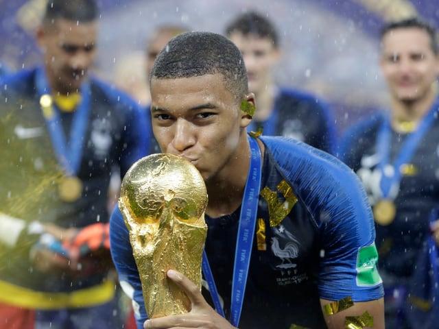 Kylian Mbappe mit dem WM-Pokal