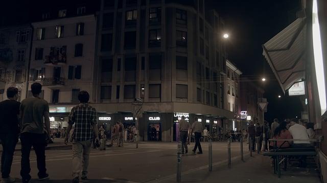 Langstrasse Nachts mit Menschen im Ausgang