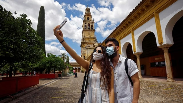Dus turists cun protecziun da nas e bucca a Cordoba.