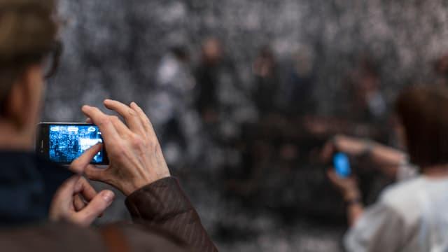 Menschen halten Smartphones hoch