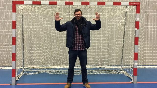 Ein Mann steht in einem Handballtor