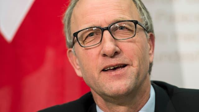 Peter Hegglin mit einer Schweizer Fahne im Hintergrund