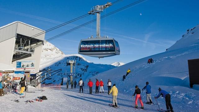 Talstation mit Skifahrern.