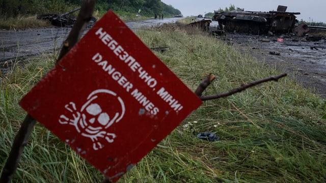Ein Schild in der Ostukraine, das vor Landminen warnt.