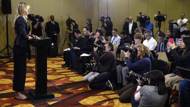 Maria Scharapowa tritt vor die Medien.
