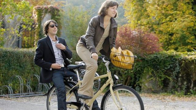 Frau mit Mann auf dem Fahrrad