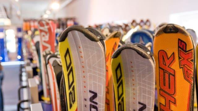 Skivermietung mit Regalen gefüllt mit Skis