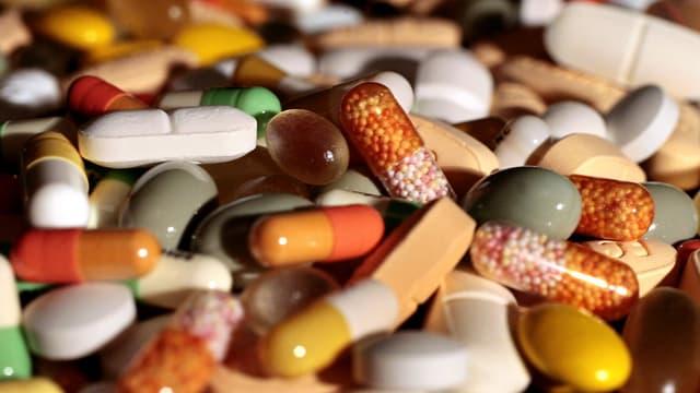 Grossaufnahme von einem Haufen verschiedener Medikamente.
