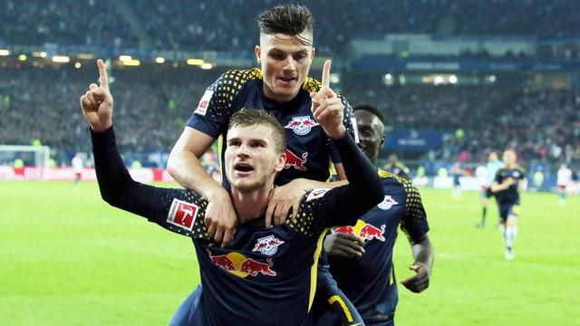 Torschütze Werner freut sich.