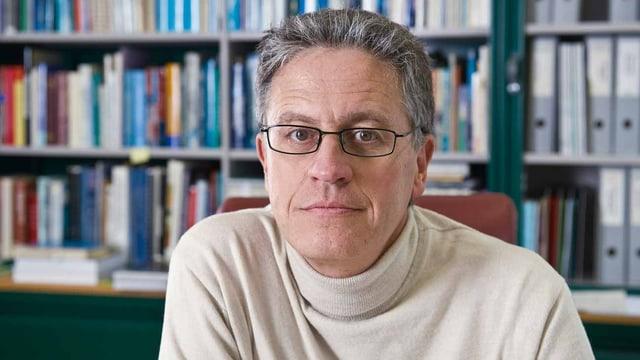Thomas Stocker vor einem Bücherregal
