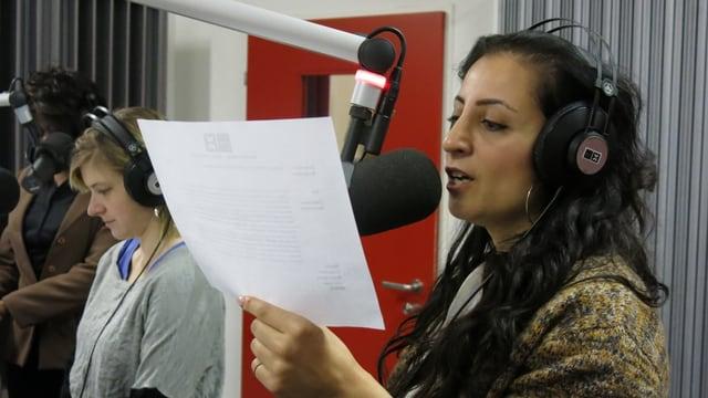 Eine junge Frau moderiert am Radiomikrofon.