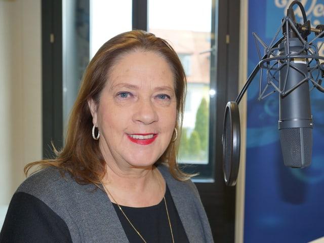 Frau Mitte 50 im SRF Studio.