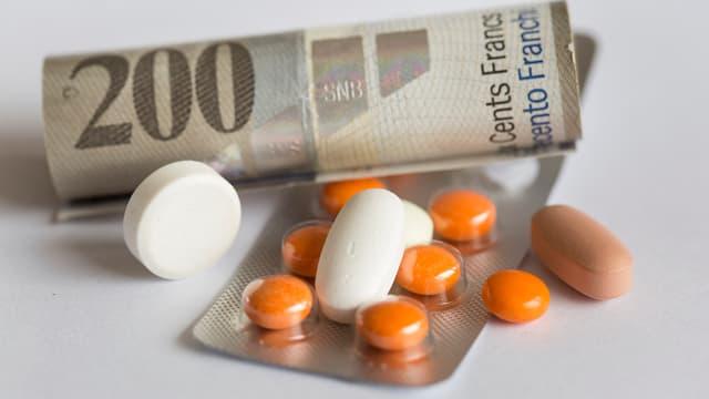 Ein Geldschein von 200 Franken und mehrere Pillen zeigen, wie teuer Medikamente sind.