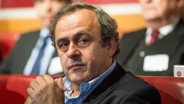 Purtret dal schef da l'UEFA, Michel Platini. El guarda in zic nausch.