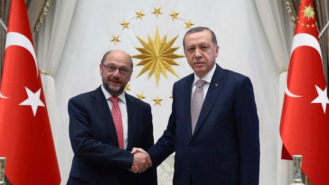 Erdogan gibt EU-Parlamentspräsident Martin Schulz die Hand
