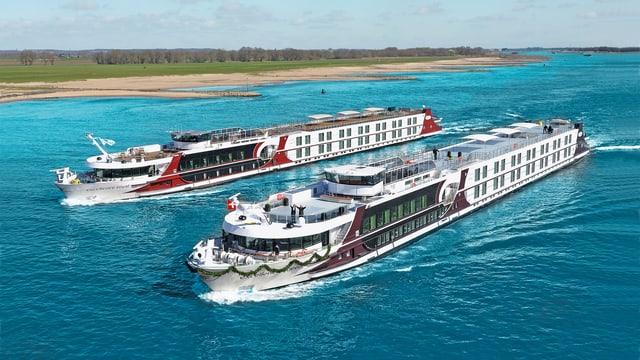 Zwei Schiffe der Firma Twerenbold