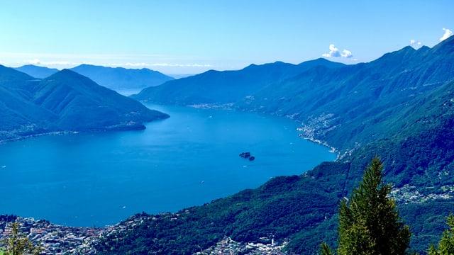 Blick von der Cimetta auf den Lago Maggiore mit Brissago-Inseln.