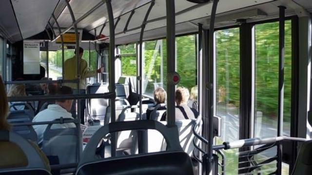 Passagiere sitzen im Bus
