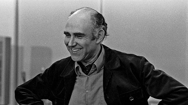 Schwarzweissbild: Geller lachend in einem Tonstudio.