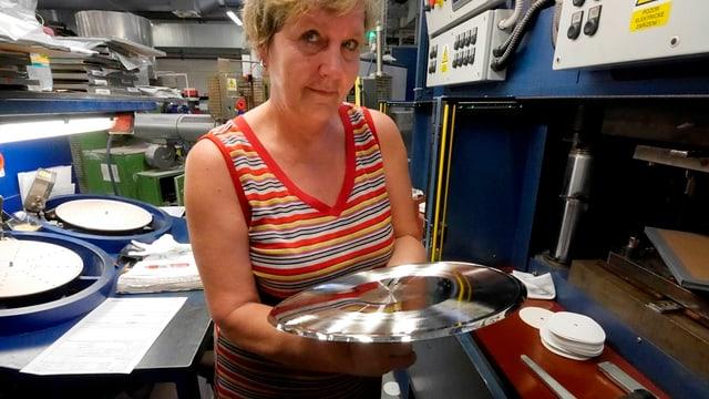 Von der geschnittenen Kupferplatte, einem Unikat, werden Stempel abgezogen.