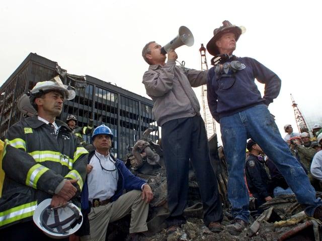 Bush auf den Trümmern des World Trade Centers.