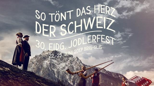 Jodler, Alphornbläser und Fahnenschwinger in den Bergen.