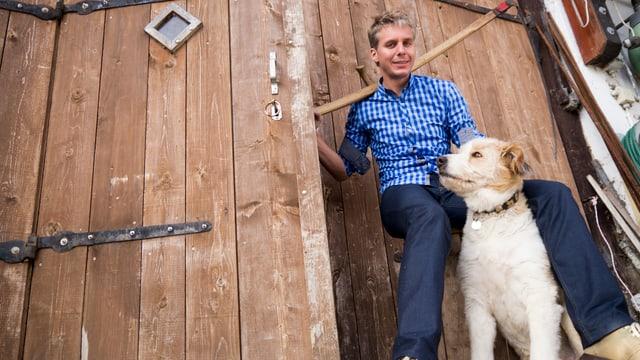 Reto Scherrer mit einem Hund.