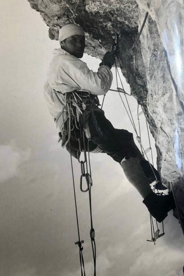 Albin Schelbert an einer steilen Felswand.