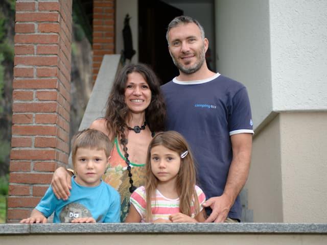 Gruppenbild der Familie Leonardi. Sie stehen auf der Treppe zum Eingang ihres Hauses.