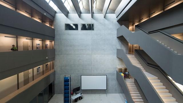 Atrium des Forschungszentrums der Hochschule für Technik Rapperswil.