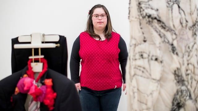 Junge Frau in der Ausstellung