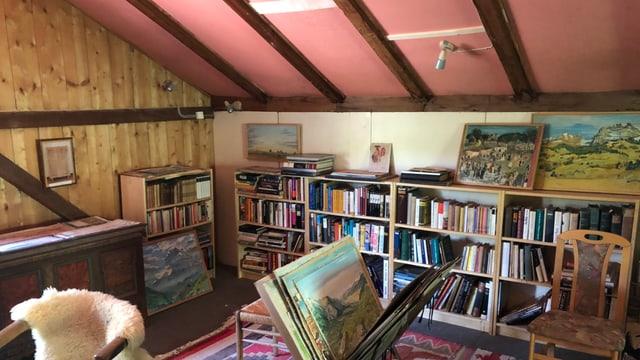 Stube mit Bücherwand, Stühlen und Bildern