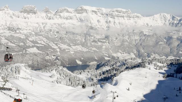 territori da skis flumserberg cun pistas e gondlas.