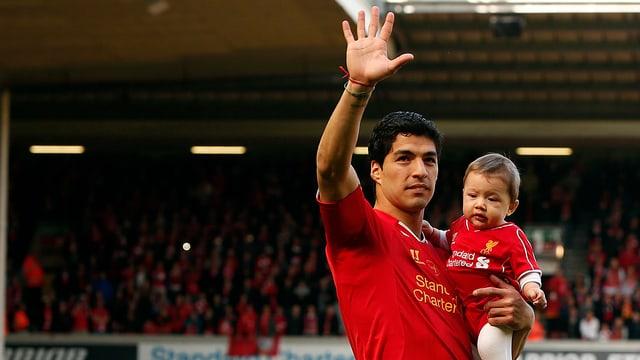 Suarez mit Tochter an der Anfield Road.